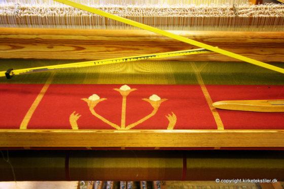 Rød messehagel bliver til i damaskvæven