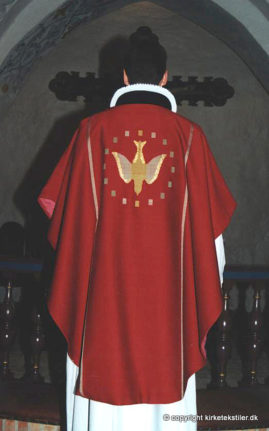 Damaskvævet rød messehagel med indvævet guldtråd, Gudum kirke