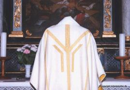 Damaskvævet hvid messehagel med indvævet guldtråd, V. Sottrup kirke