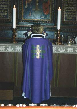 Damaskvævet violet messehagel med guldbrochering, Skt. Hans kirke, Hjørring