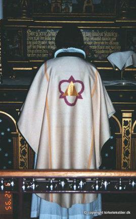 Damaskvævet hvid messehagel med guldbrochering, Skt. Catharinæ kirke, Hjørring