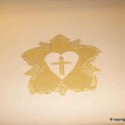 Luther-rose m. guldtråd i hvid messehagel til domkirken i Reykjavik, Island