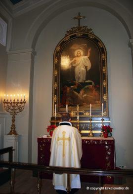 Damaskvævet hvid messehagel med guldbrochet kors, domkirken i Reykjavik, Island