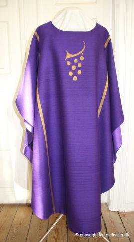 Damaskvævet violet messehagel, forstykke, Thorsø kirke